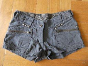 khakifarbene Shorts Größe 34 mit blickfangreichen Applikationen
