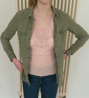 Khakifarbenes Hemd mit toller Schulter-Applikation