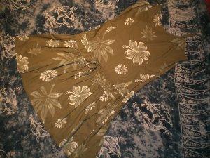 Khakifarbenes Sommerkleid mit großen weißen Blüten