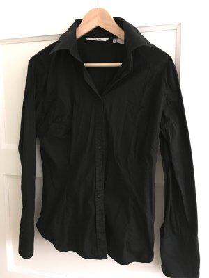 Klassiker! Schwarze taillierte Bluse von Zara