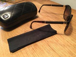 Klassiker: Sonnebrille von Chanel mit Lederbügel