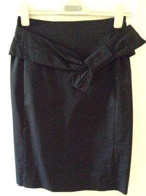 Klassisch schwarzer Stiftrock mit pepp