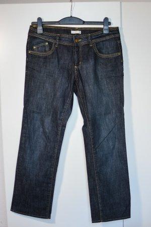 Klassische dunkelblaue Jeans