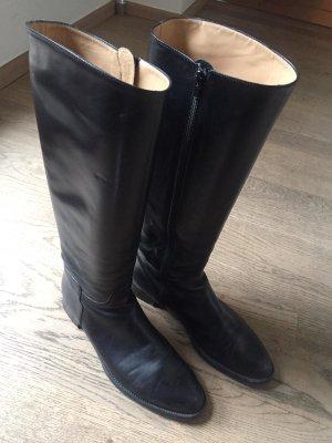 klassische schwarze Stiefel