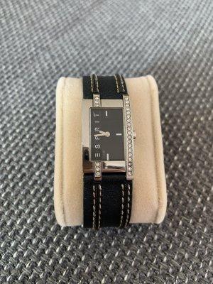 klassische Uhr mit schwarzem Lederarmband