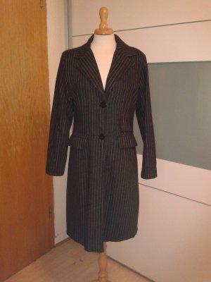 Klassischer anthrazitfarbener Mantel mit Nadelstreifen für die Übergangszeit