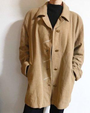 Klassischer, eleganter, vintage Mantel in camel