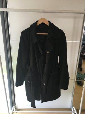 Klassischer schwarzer Mantel