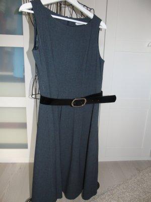 klassisches Etuikleid in grau mit Gürtel, sieht mit Stiefeln klasse aus