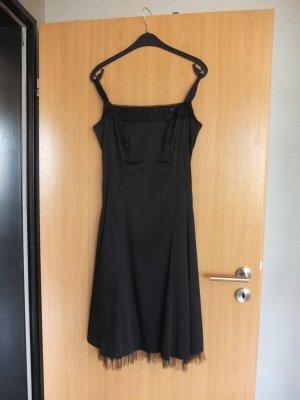 klassisches schwarzes Abendkleid