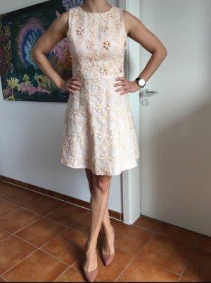Kleid aus Blumenspitze von Warehouse