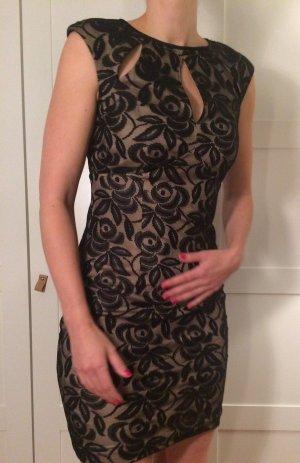 Kleid aus Spitze mit raffinierten Cut Outs