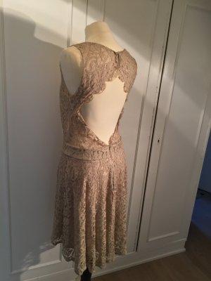 Kleid aus Spitze, Rücken Dekolleté