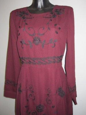 Kleid bordeaux rot mit schwarzen Applikationen