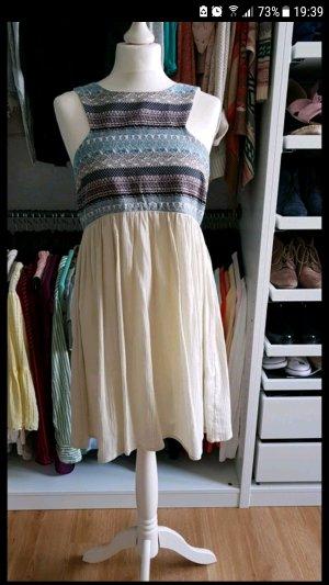 Kleid Cut-Out Brustbereich