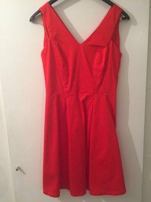 Kleid für den Sommer mit Rückenausschnitt.