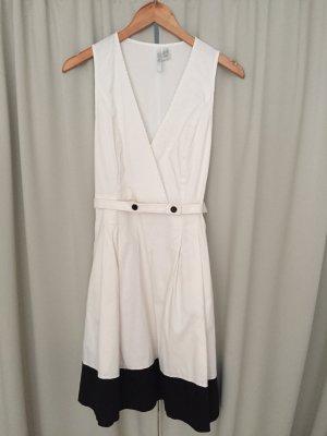 Kleid im Marine-Look