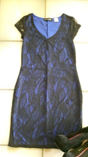 Kleid in blau mit schwarzer Spitze