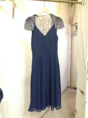 Kleid in blau und mit Spitze