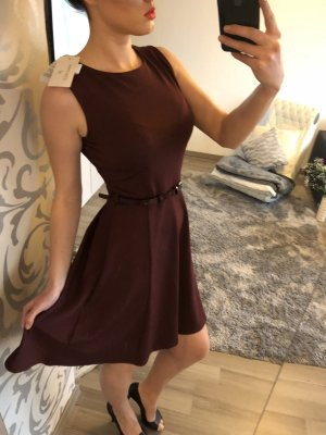 Kleid in Bordeaux mit Gürtel