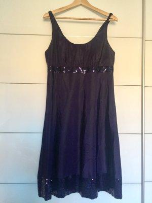 Kleid in dunkellila mit Pailletten abgesetzt