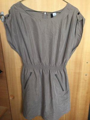 Kleid in Kaki mit Reisverschluss am Rücken