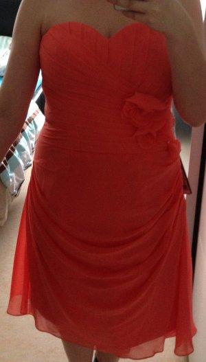 Kleid in Korallfarben