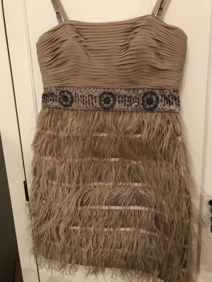 Kleid in Nude mit Federn. Ab der Taille mit Federn&Pailetten.