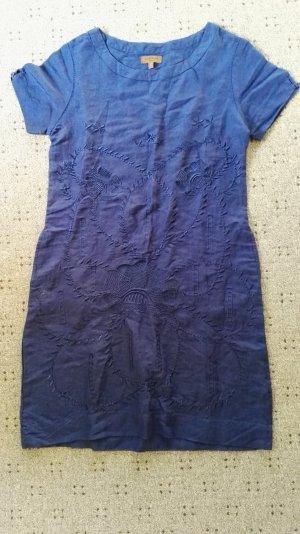 Kleid in schönem Blau mit Stickereien