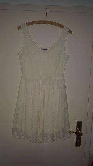 Kleid in Spitzenoptik