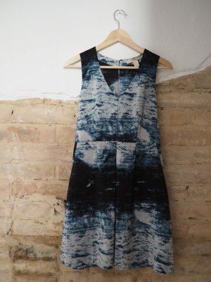 Kleid mit abstraktem Print | Größe S