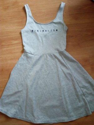 Kleid mit Aufschrift