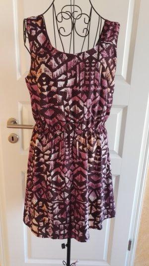 Kleid mit ausgefallenem Rückenteil