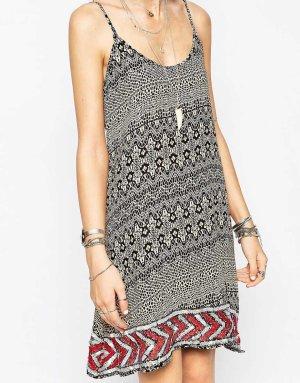 Kleid mit Aztekenmuster und Pailettensaum Gr. 40