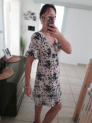 Kleid mit blauen Blumen