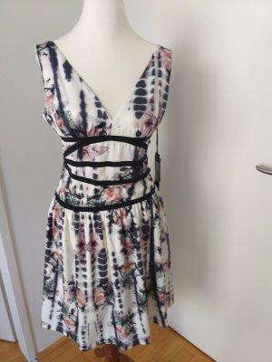 Kleid mit Blüten mit tiefen Rückenausschnitt