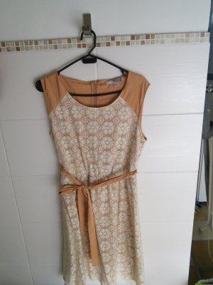 Kleid mit Blumen in nude