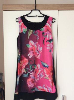 Kleid mit Blumenaufdruck von Anna field