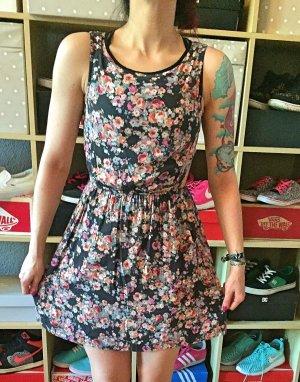 Kleid mit Blumenmuster Seite offen S