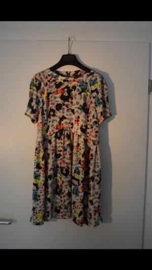 Kleid mit bunten Flecken