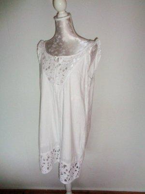 Kleid mit Durchbruchmustern und Volants
