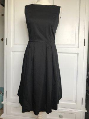 Kleid mit Faltenrock in schwarz von Hallhuber