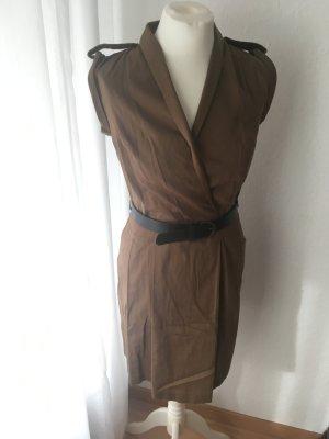 Kleid mit Gürtel und Schulterklappen