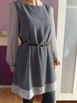 Kleid mit Gürtel und semitransparenten Ärmeln