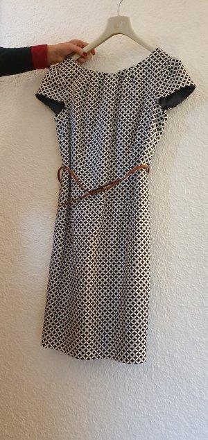 Kleid mit Gürtel von Comma
