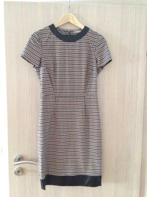 Kleid mit Hahnentritt-Muster und Lederapplikationen