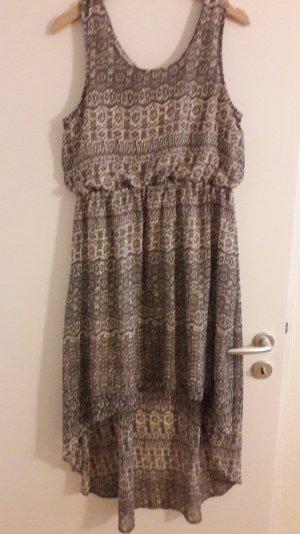Kleid mit hellgrauem Ethnomuster