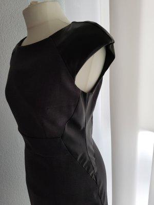 Kleid mit Lederverzierungen