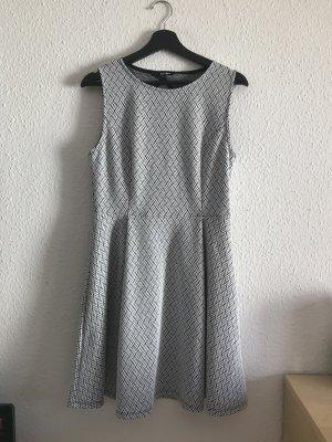 Kleid mit Muster und Rückenausschnitt