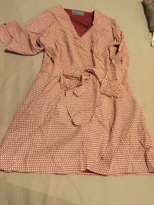 Kleid mit Muster und Taillienband